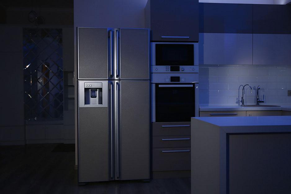 Un refrigerador en una cocina durante un apagón.
